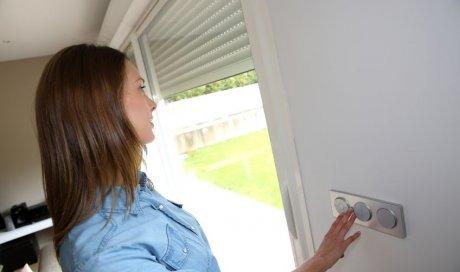 Professionnel pour la pose et l'installation de volets roulants électriques dans une maison neuve à Gières